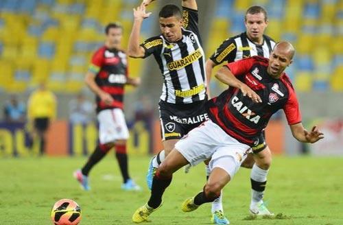 Foto: disputa de bola entre jogadores do Goiás e do Vasco da Gama.