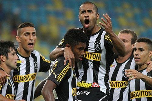 Foto: jogadores do Botafogo em comemoração após gol.