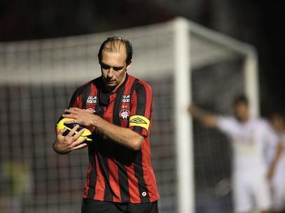 Craque Paulo Baier alisando a bola.