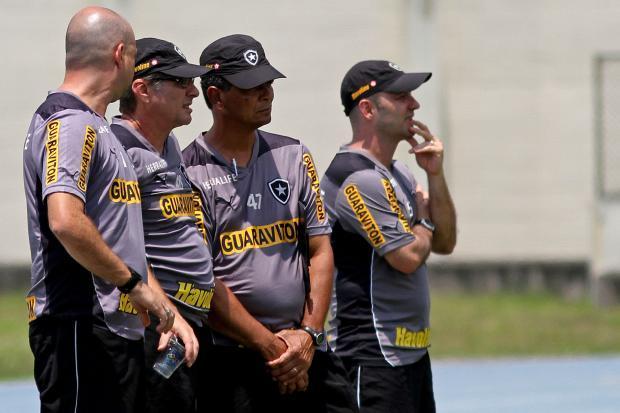 Comissão técnica do Botafogo, ansiosa para bater o Flamengo.